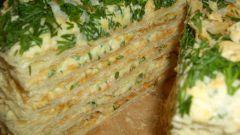 Открытый несладкий пирог из слоеного теста с творогом, помидорами и зеленью
