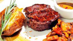 Американский стейк с соусом из грибов и красного вина
