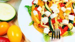 Теплый овощной салат с виноградом
