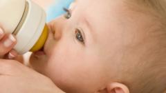 Как правильно докармливать малыша смесью, если мало грудного молока