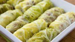 Рулетики из савойской капусты в луково-сметанном соусе