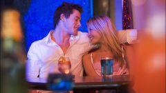 Как привлечь его внимание в баре