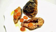 Карп, фаршированный грибами и капустой