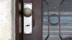 Как самому поменять дверной замок