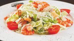 Как приготовить теплый салат с креветками?
