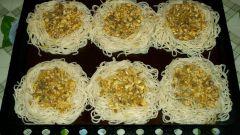 Гнезда из фарша, приготовленные в духовке с сыром и грибами