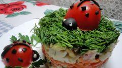 Слоеный мясной салат с овощами и черносливом