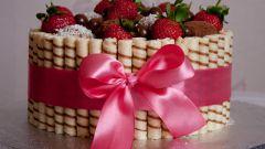 Торт с вафельными трубочками и клубникой
