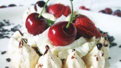 Как приготовить безе с ягодами и кремом