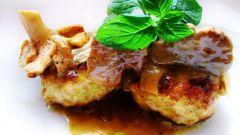 Ароматные куриные грудки с картофельным пюре под сливочно-грибным соусом из шампиньонов
