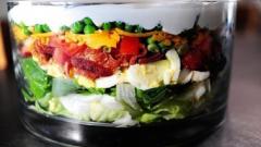 Как приготовить слоеный салат