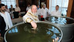 Как освящается крещенская вода в православных храмах