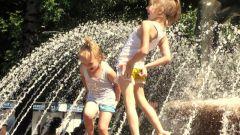 Как переносят жару дети