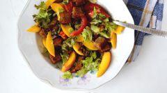 Как приготовить томатный салат с персиками и гренками
