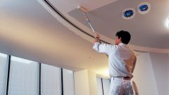 Как покрасить потолок дома