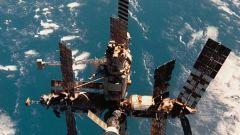 Как спутники висят на орбите
