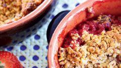 Как приготовить крисп с ревенем, клубникой и миндалем