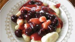 Галушки под вишневым соусом