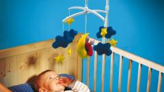 С какого возраста нужно вешать игрушки над детской кроваткой