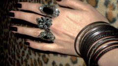 Почему женщины носят много колец на пальцах
