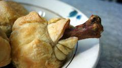 Куриные голени с овощами в слоеном тесте