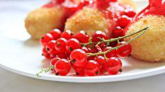Кокосовые манники с соусом из красной смородины