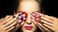 Допустимо ли красить ногти разными цветами