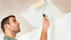 Что лучше: белить потолок или красить