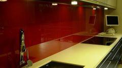Задняя стенка на кухне: плитка или стеклянная панель?