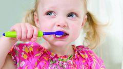 До какого возраста ребенку нужно чистить зубы детской пастой