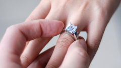 How to buy a ring without knowing the size of the finger of the girl