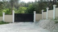 Как правильно поставить забор на склоне?