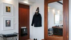 Можно ли вешать зеркала напротив входной двери