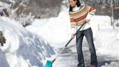 Как правильно чистить снег лопатой