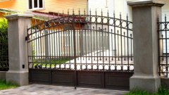 Как выбрать ворота распашные металлические: разновидности и описание