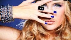 Бижутерия к синему платью: правила выбора