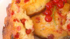 Дрожжевые оладьи с красной смородиной