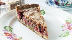 Как приготовить полезный пирог с ягодами, хлопьями и фундуком