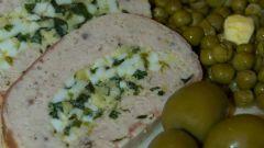 Мясной рулет с яйцом и зеленым луком