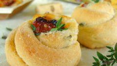 Сливочные булочки с тимьяном, моцареллой и вялеными помидорами