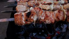 Как жарить мясо на шампурах