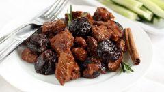 Как приготовить мясо с черносливом в духовке