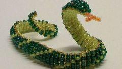 Как сплести из бисера браслет-змейку с бусинками