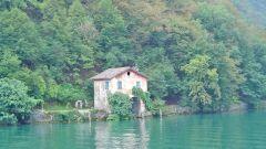 Как поэтапно карандашом нарисовать домик на берегу озера