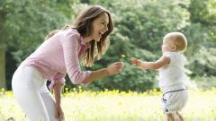 Когда можно ставить ребенка на ноги: факты, мнения врачей и рекомендации
