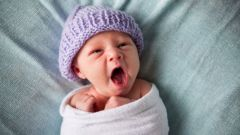 Преимущества свободного пеленания новорожденного