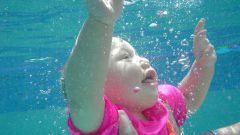 С какого возраста можно учить ребенка плавать
