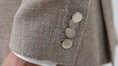 Для чего на рукавах пиджака пришивают пуговицы