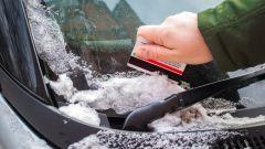 Как очистить автомобиль от заледенелого снега