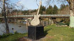 В каких городах есть памятники музыкальным инструментам